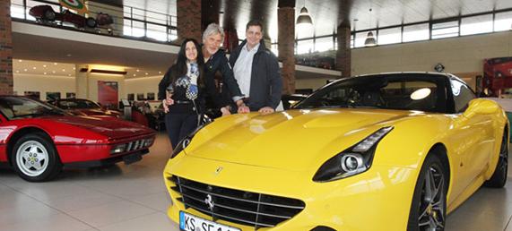 Helmut Eberlein (Mitte) mit Lebensgefährtin Wanda Zandonadi und Dietmar Fuleda, Präsident vom AvD-Club Kurhessen e.V., vor einem Ferrari Califorina